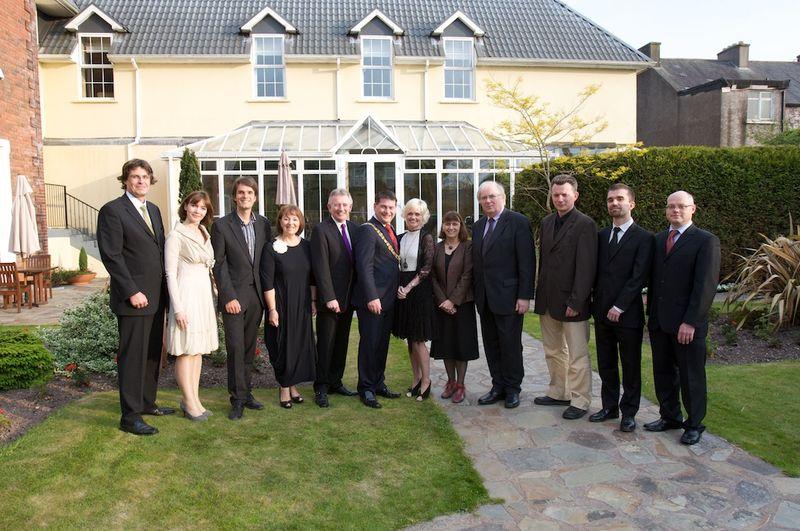 De gauche à droite: Alain VERNINAS, conseiller politique de l'Ambassadeur de France en Irlande, Hélène DUQUIN, Présidente de l'Alliance Française de Cork, Michael STANGE, chef de projets pour le Centre Européen Robert Schuman, Nora CALLANAN, Présidente de l'Alliance Française de Cork, Martin TERRITT, Directeur de la représentation de la Commission Européenne en Irlande, Lord Mayor Cllr Dara MURPHY, maire de Cork, Lady Mayoress Tanya MURPHY, Dr Anne-Marie AUTISSIER, Université Paris VIII, Tony BROWN, Institut des Affaires Internationales et Européennes de Dublin, Dr Jérôme aan de WIEL, University College of Cork, Universitéde Reims, University of Limerick, Quentin PERRET, Atelier Europe, Dr Mervyn O'DRISCOLL, School of History, University College of Cork